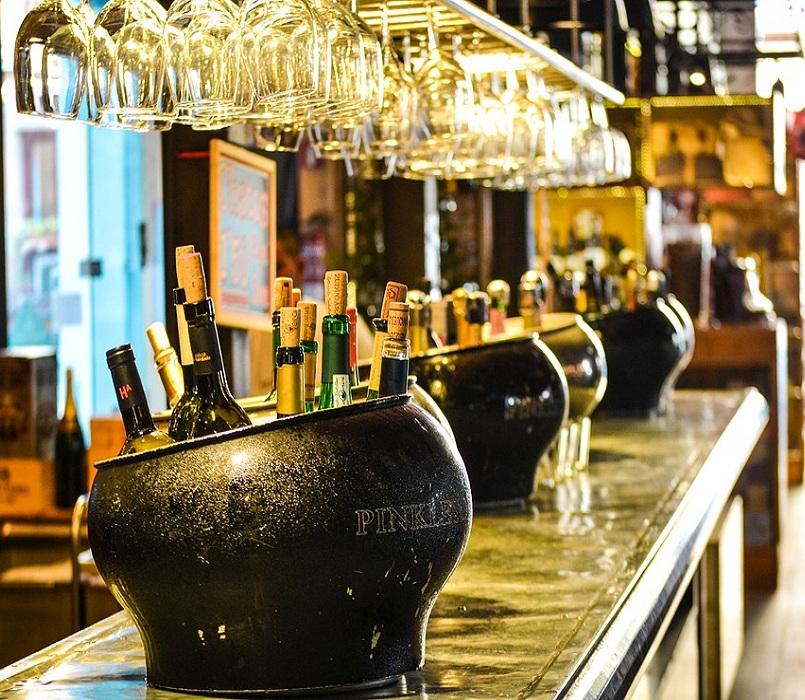 boissons alcoolisées et verres renversés